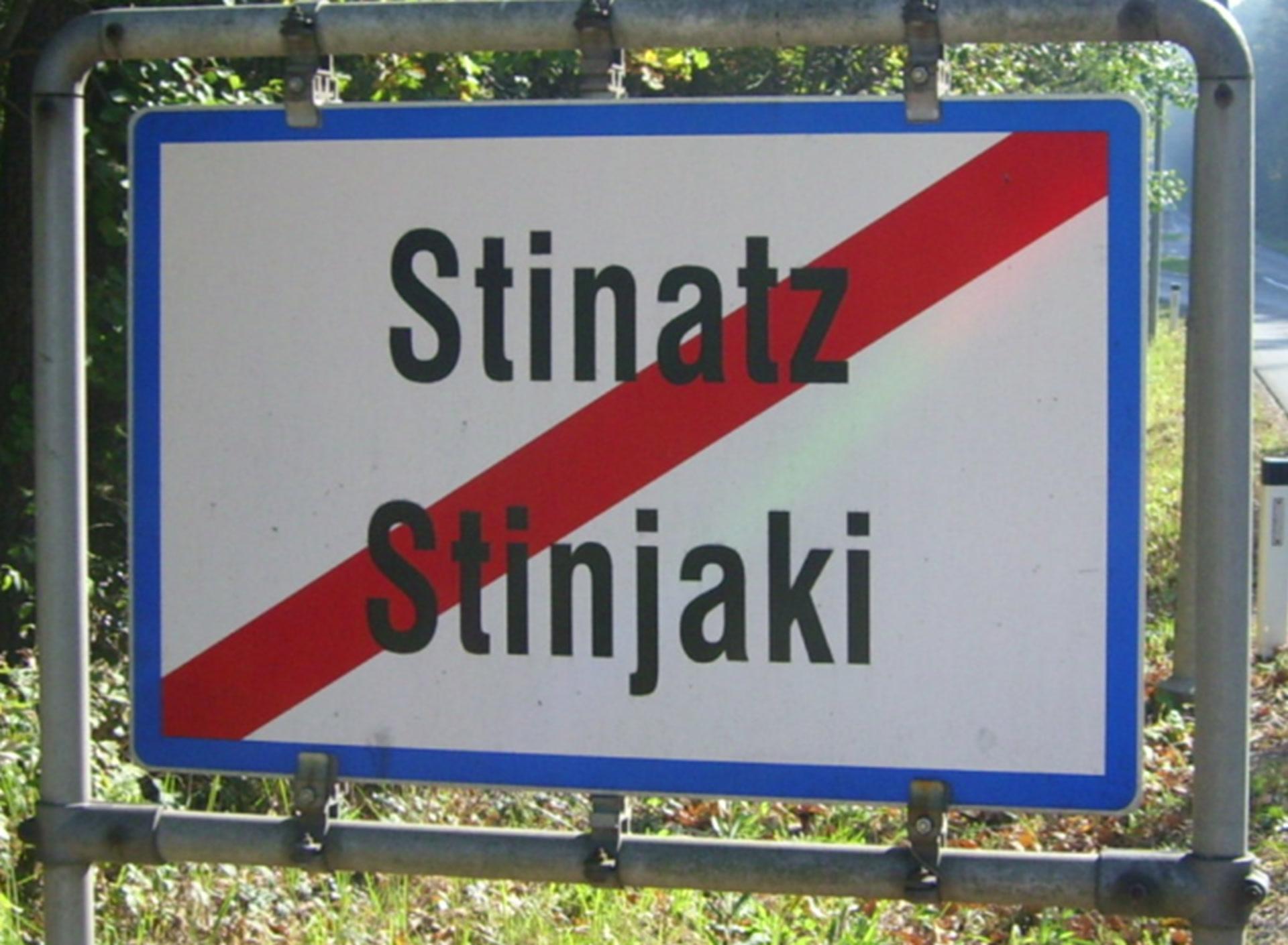 Photo panneau de sortie d'agglomération bilingue