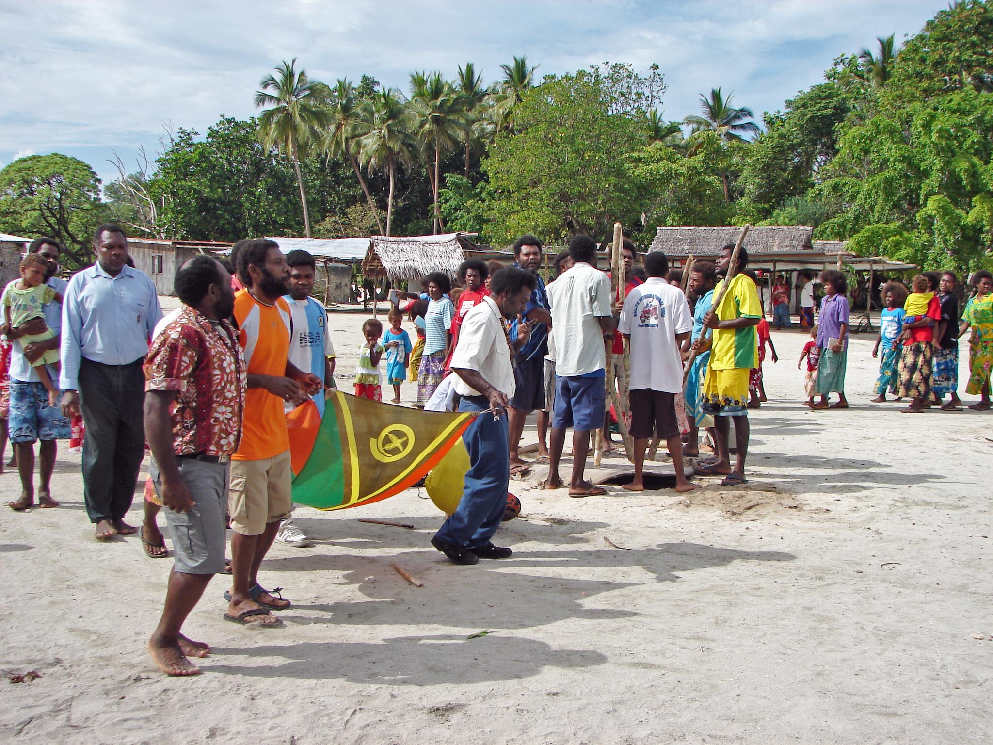 L'indépendance du Vanuatu est célébrée dans tout le pays le 30 juillet. À Hiw, des musiciens chantent le newēt, tandis que les chefs dancent autour de la place en arborant le drapeau national, juillet 2007. Photo Alexandre François
