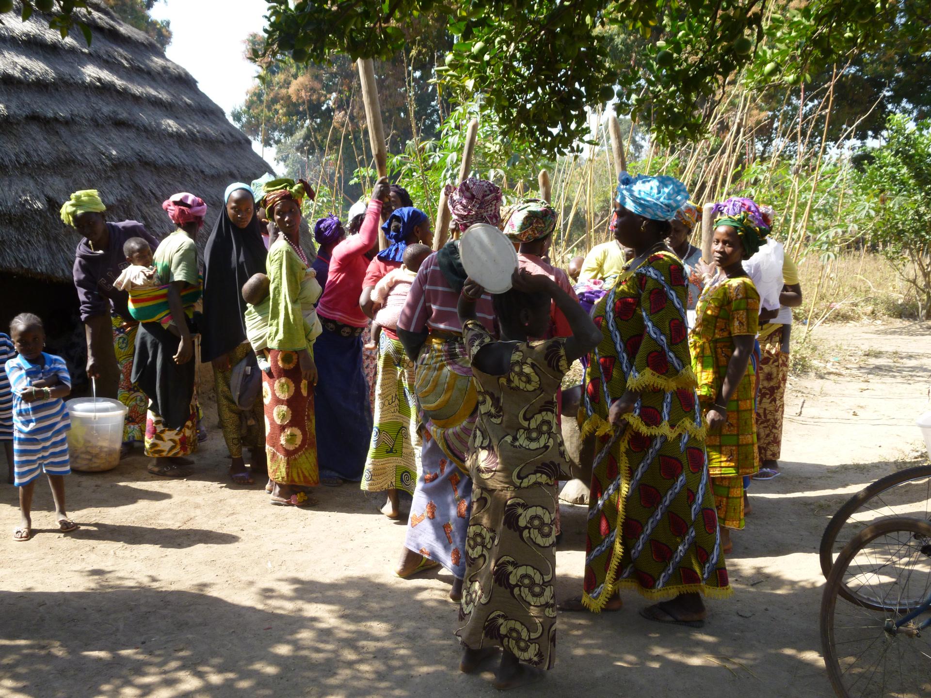 Les femmes du village mansaya faisant la cuisine pour une cérémonie