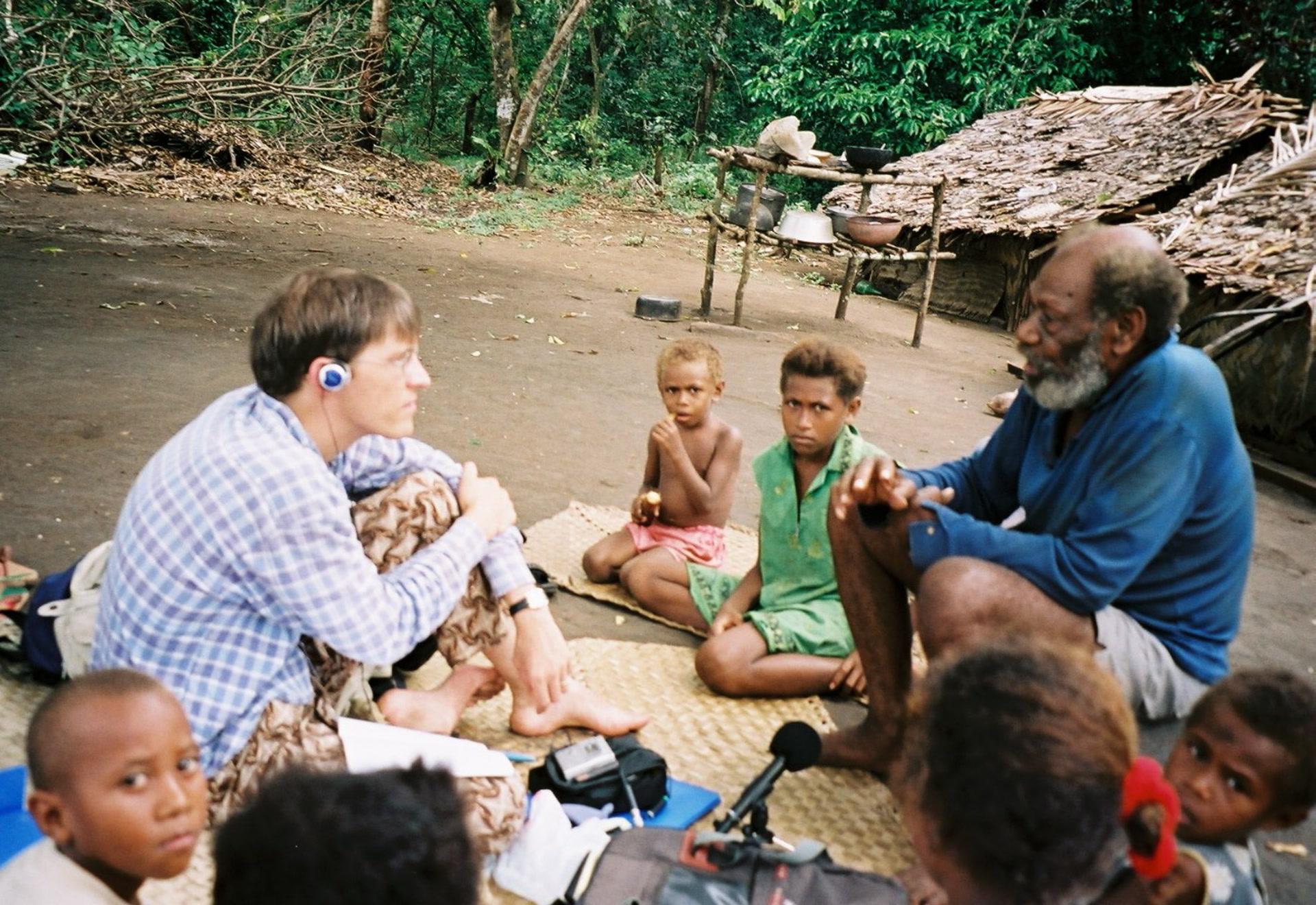 En 2003, François traversa l'île de Vanua Lava jusqu'au hameau de Lalngetak, pour rencontrer †Wolta Robin – le dernier conteur en lemerig. (photo AF, Vanua Lava, 2003)