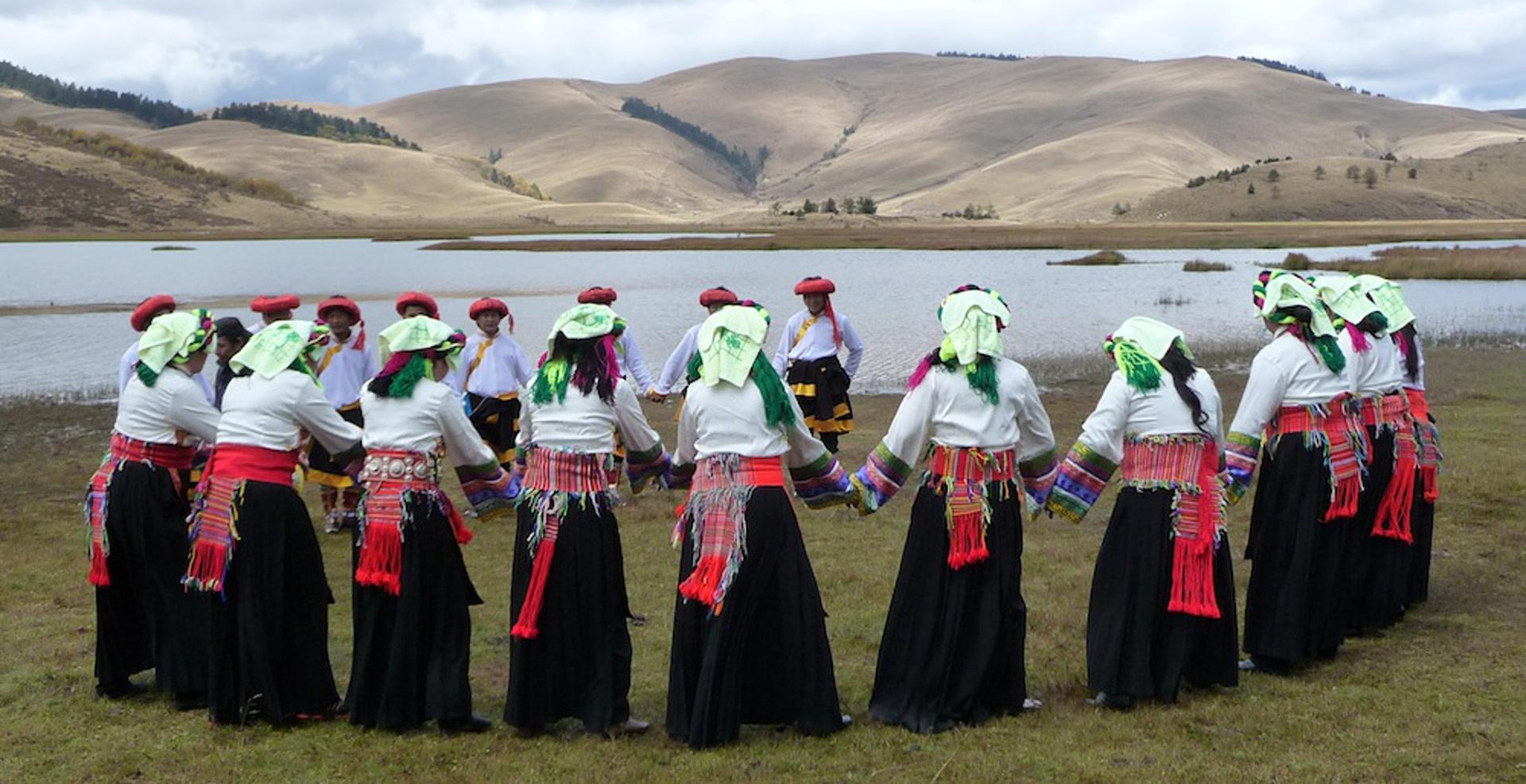 Danse folklorique traditionnelle des tibétains de Lizu, comté autonome de Muli Tibet (木里藏族自治县), Sichuan, Chine. Changhaizi, Muli, octobre 2011. Photo Katia Chirkova