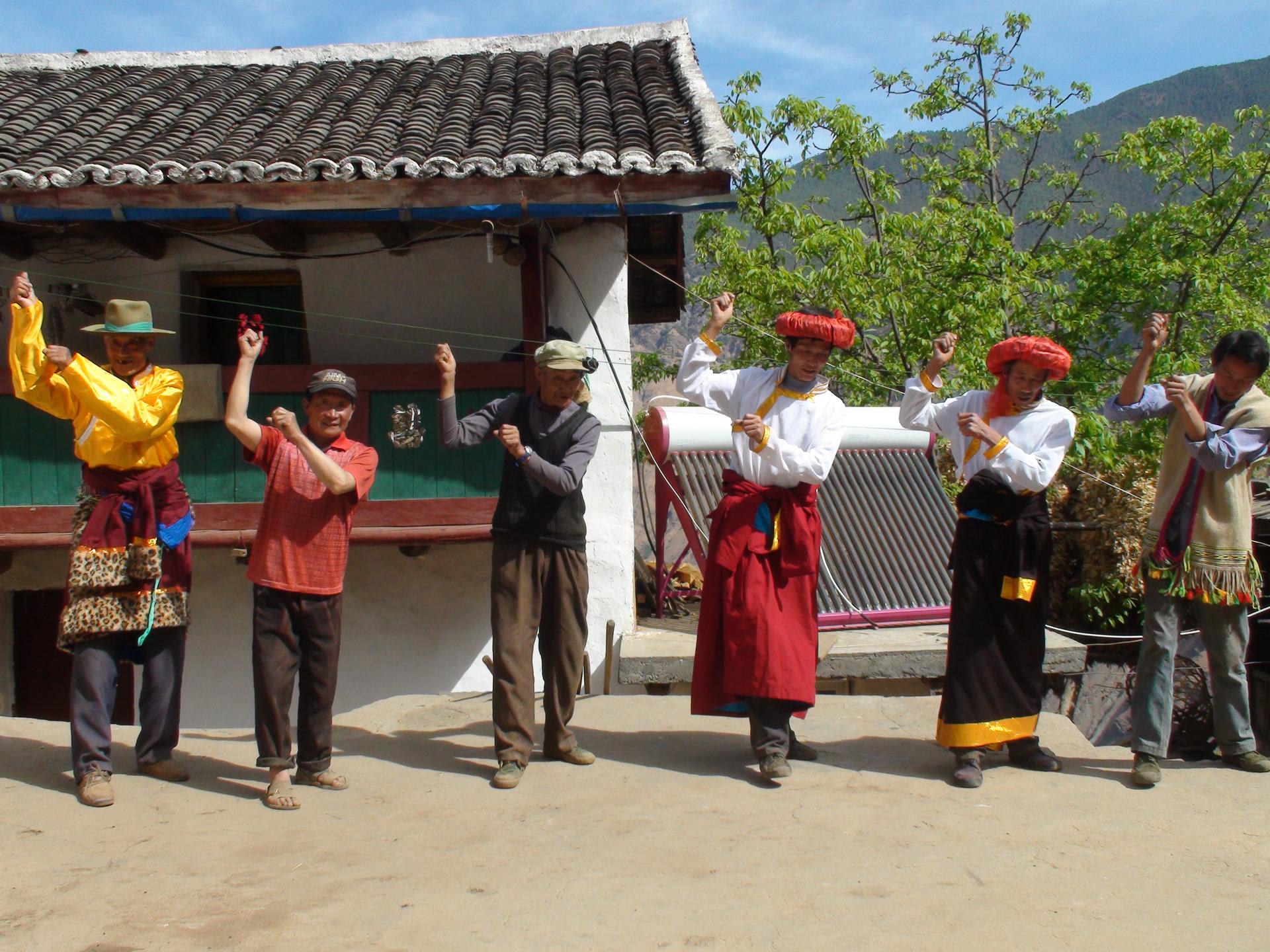 Enregistrement des chansons Lizu de travail aux champs, battage du blé, canton de Kala, comté de Muli, avril 2015 ; photo Wang Dehe (王德和)
