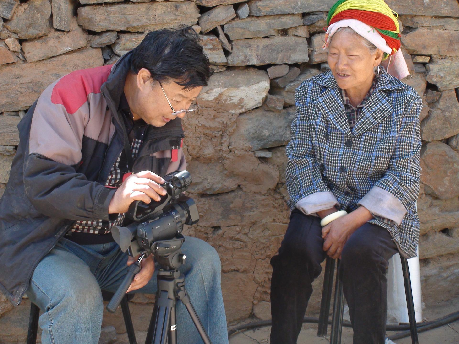 Enregistrement de chansons traditionnelles Lizu, canton de Kala, comté de Muli, avril 2015 ; photo Wang Xuecai (王学才)