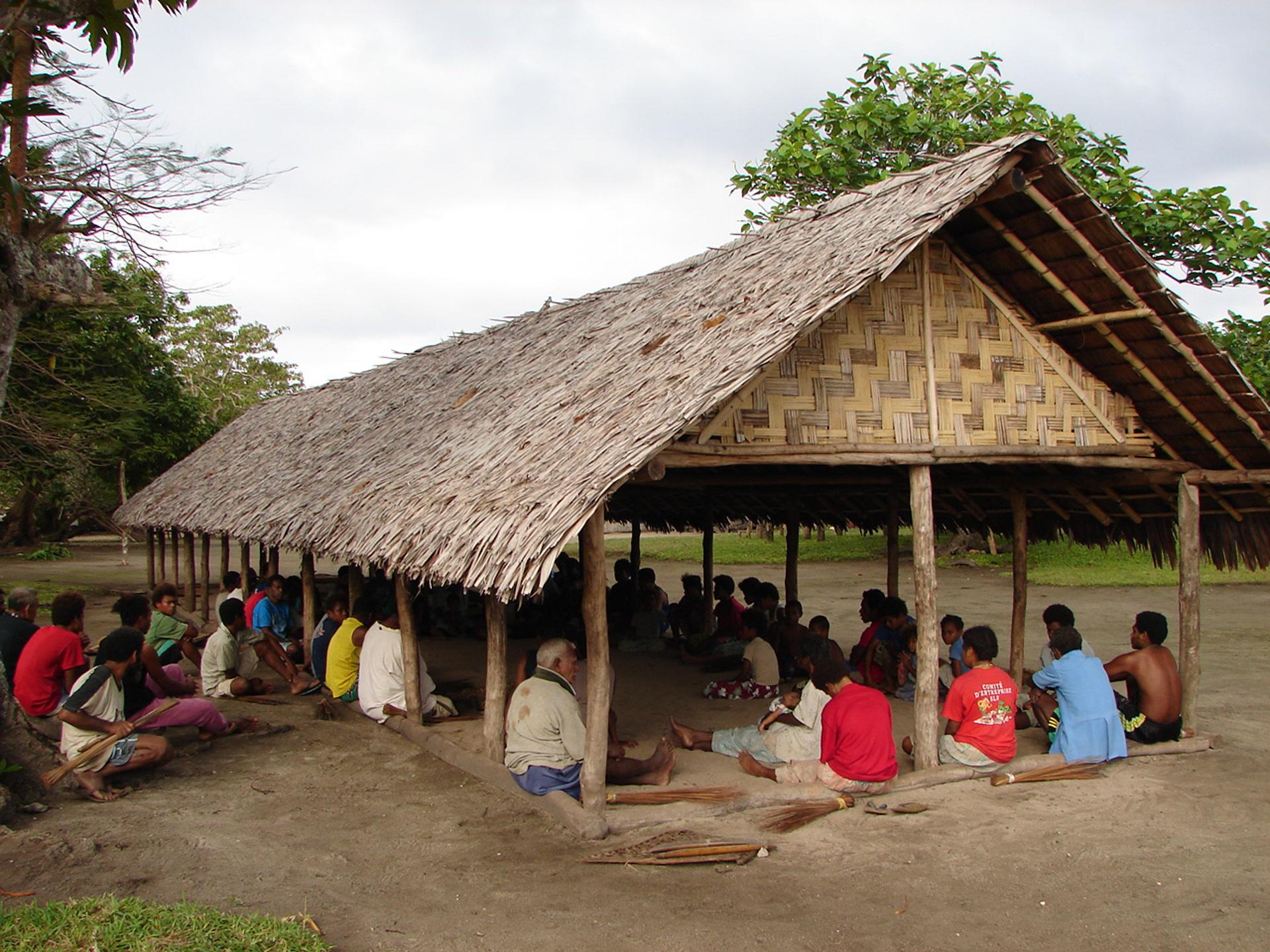 Un conseil de village décide de l'orthographe de la langue, dans la maison publique de Litew, sur l'île de Toga. (photo AF, 2007)