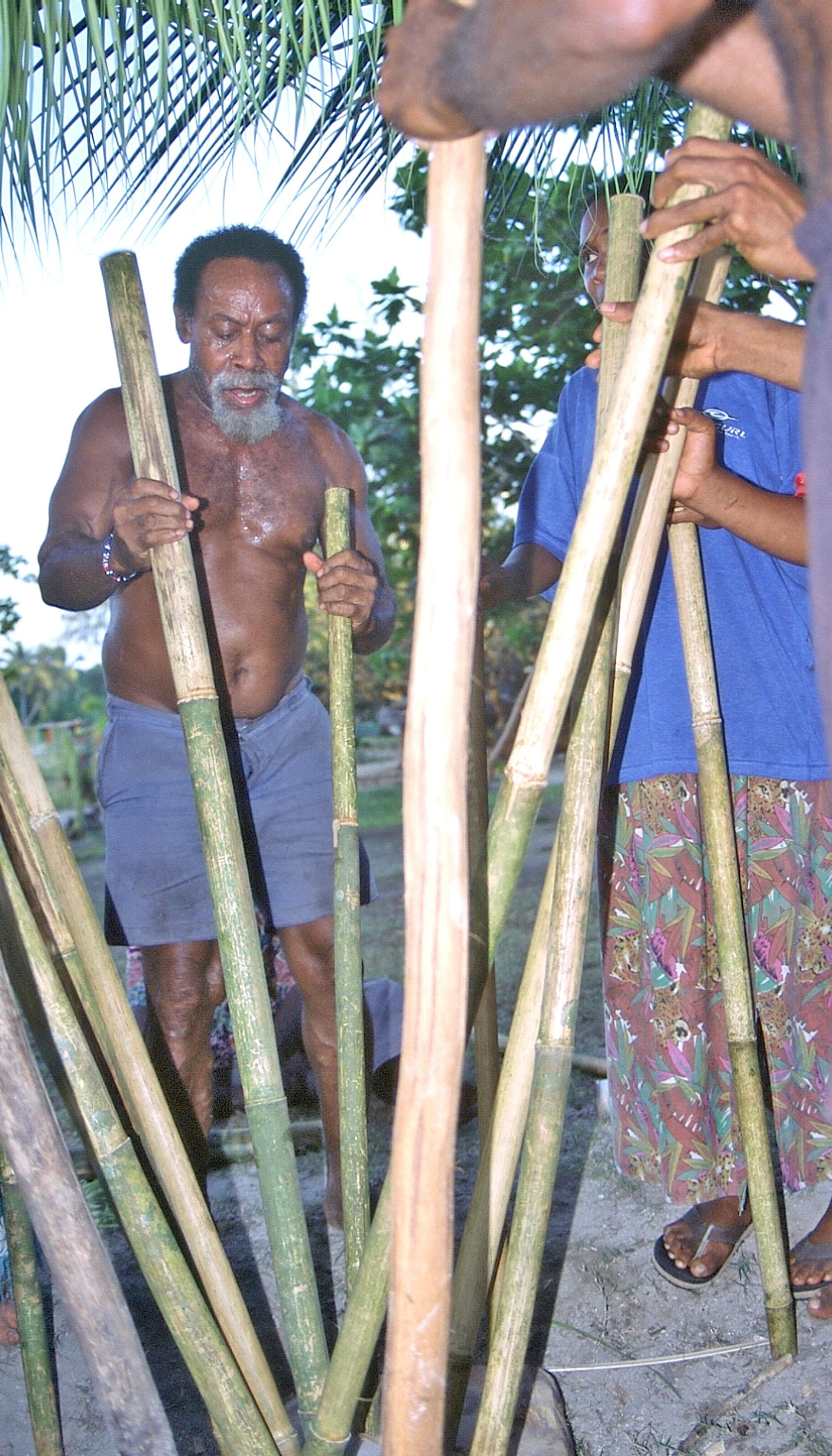 Depuis 1980, le Vanuatu célèbre son indépendance chaque 30 juillet. À Lo, des musiciens chantent le newēt, battant le rythme sur la planche à percussions (mēlepup). (photo AF, 2004)