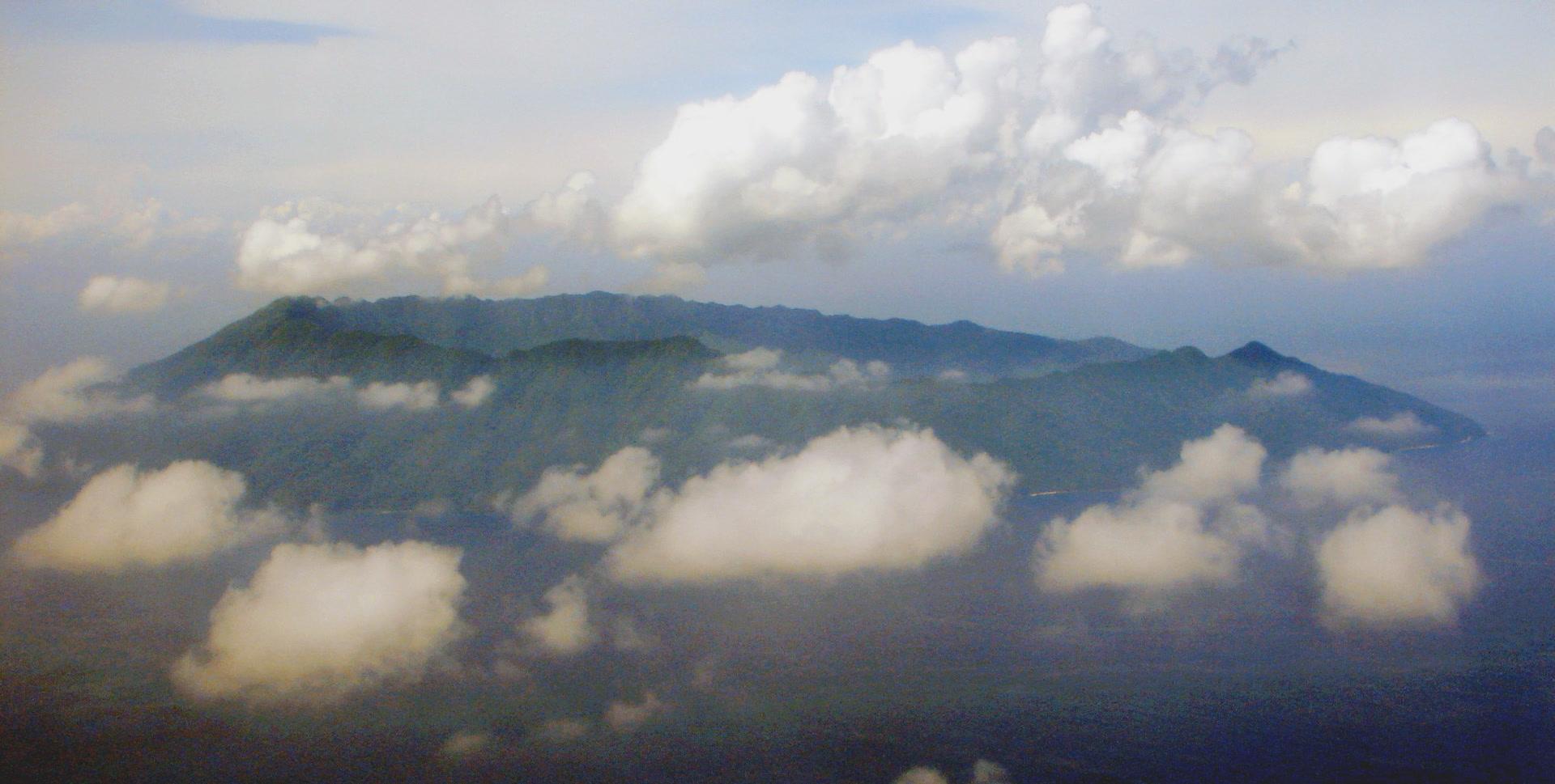 Ureparapara, île volcanique du nord du Vanuatu, héberge deux langues : le lehali sur la côte ouest ; le löyöp à l'est, dans la baie formée par l'ancienne caldeira du volcan. (photo AF, 2006)