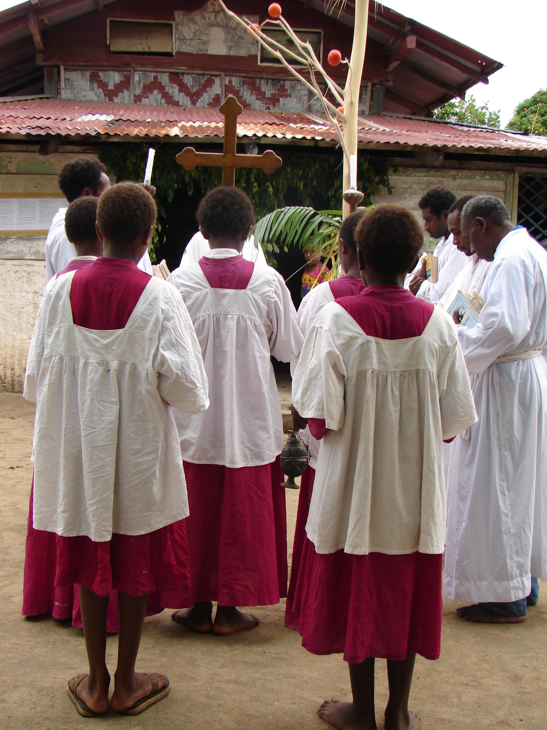 En 1867, la langue mota fut choisie comme langue d'évangélisation. Encore aujourd'hui, on entend encore parfois, dans certaines îles, chanter des hymnes en langue mota. (photo AF, Motalava, 2005)