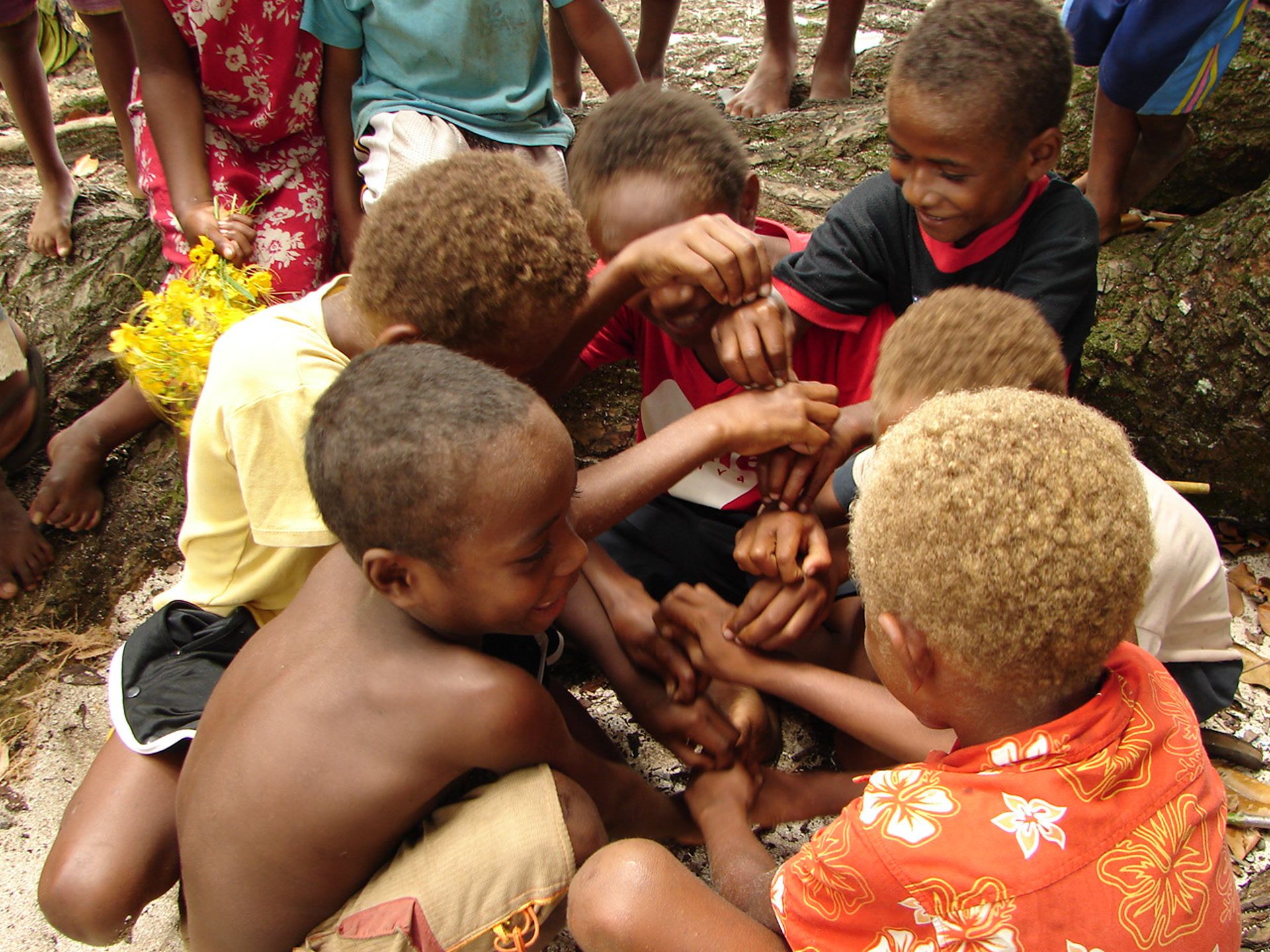 Jeu des enfants : « Pincent les fourmis » (île Motalava, Vanuatu, déc 2005 – photo A.F.)