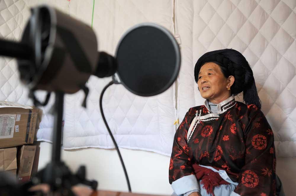Mme Latami Dashilame lors d'une séance d'enregistrement. Photographie de QIN Qing 秦晴, 2012