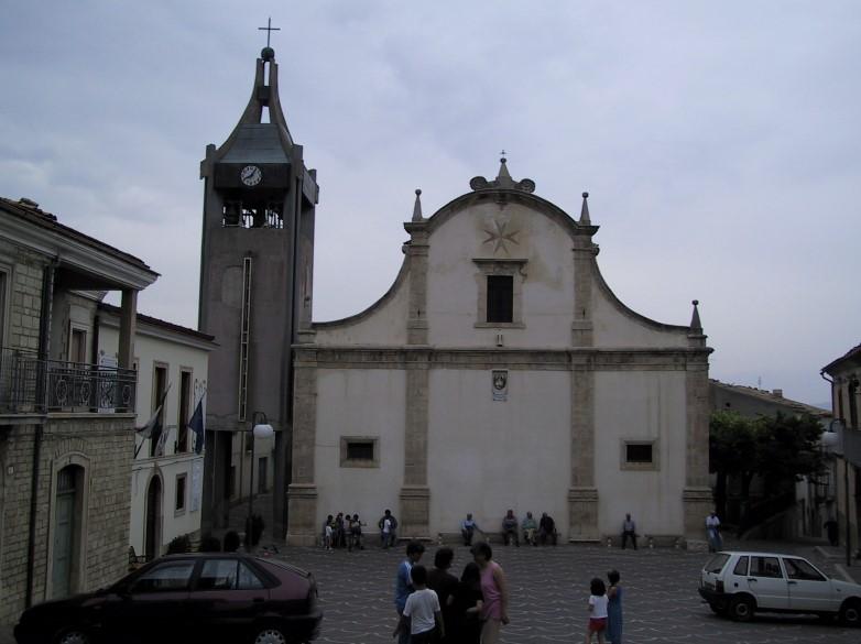 Photo 2: Piazza Nicola Neri with the church of Acquaviva Collecroce (W. Breu)