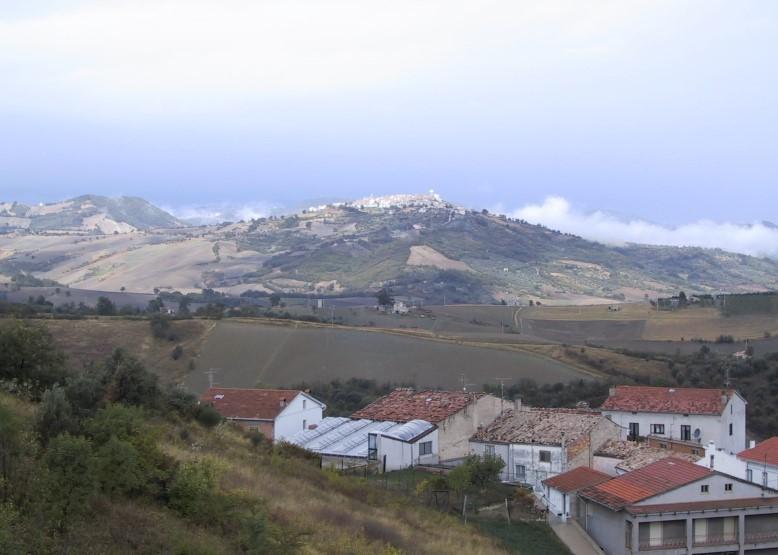 Foto 2: Panorama di San Felice del Molise, con vista da Acquaviva Collecroce (W. Breu)