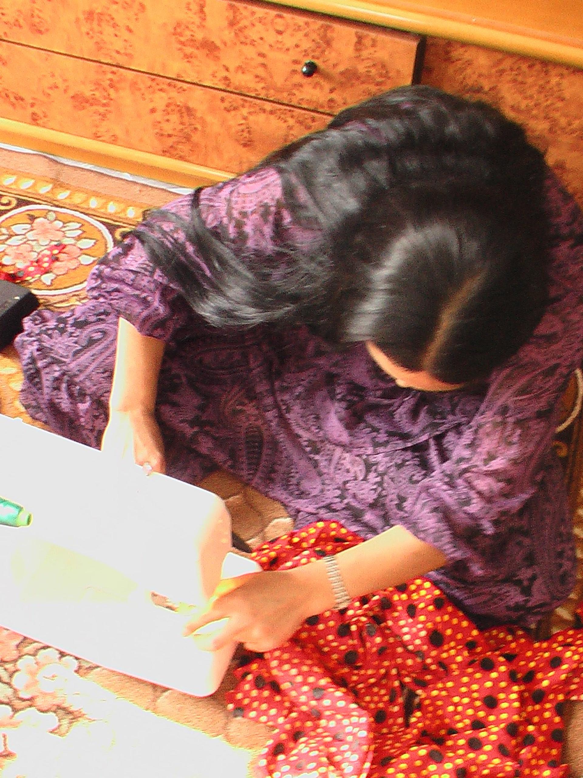 Romani woman sewing a skirt © Evangelia Adamou (CNRS-Lacito, April 2009)