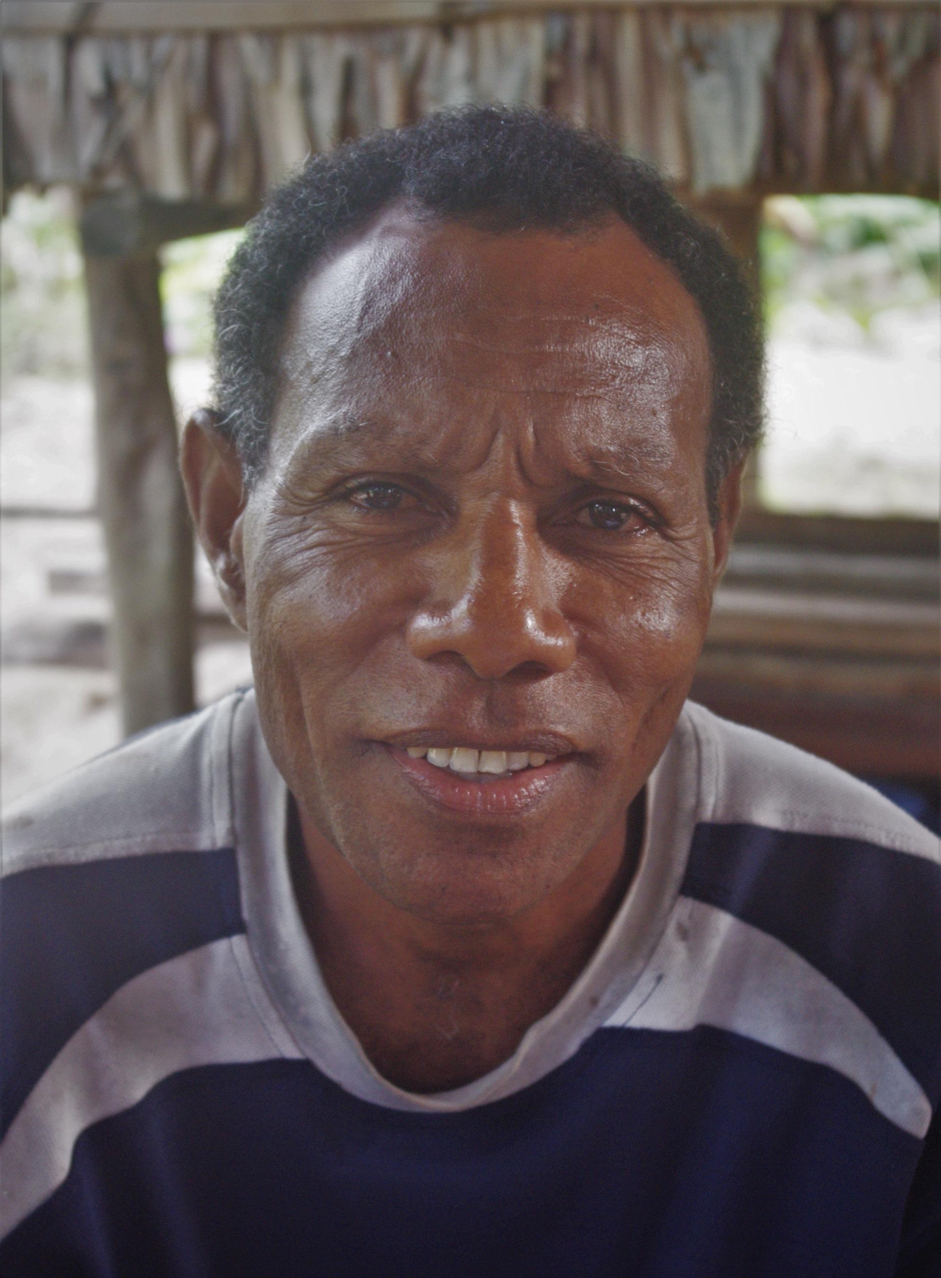 En 2012, après le décès des locuteurs plus âgés, le tanema n'est plus connu que d'un dernier locuteur, Lainol Nalo.  (photo AF, 2012)