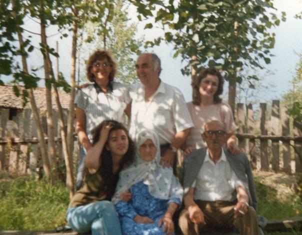 Tevfik Esenç en famille. Source : collection de la famille Esenç