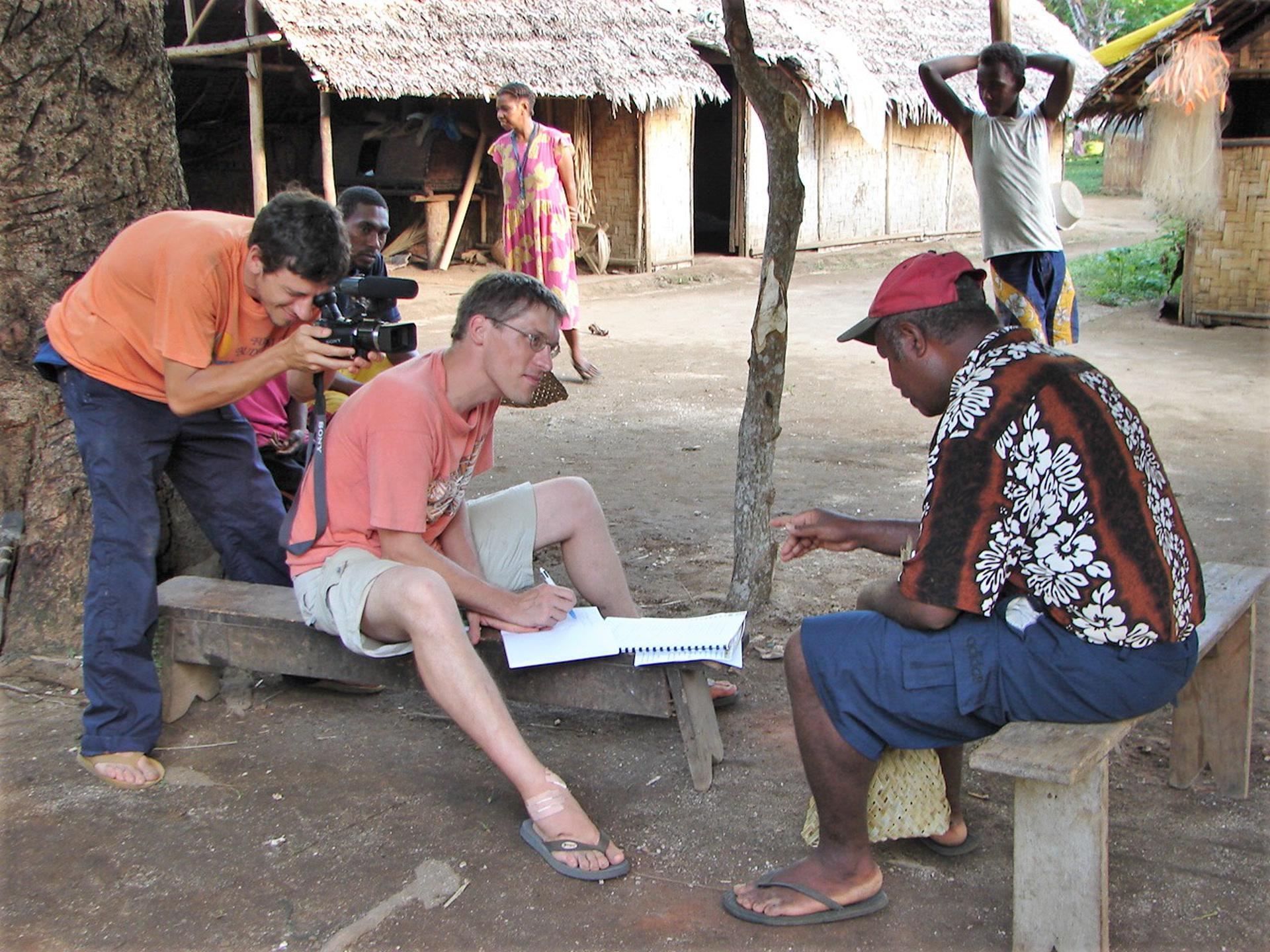 Le linguiste Alexandre François, avec l'aide de René Wolman, transcrit les récits enregistrés en 1969 auprès de feu son père, Wanhan – le dernier conteur connu en langue volow. (île Motalava, Vanuatu, déc 2005). Photo A. François