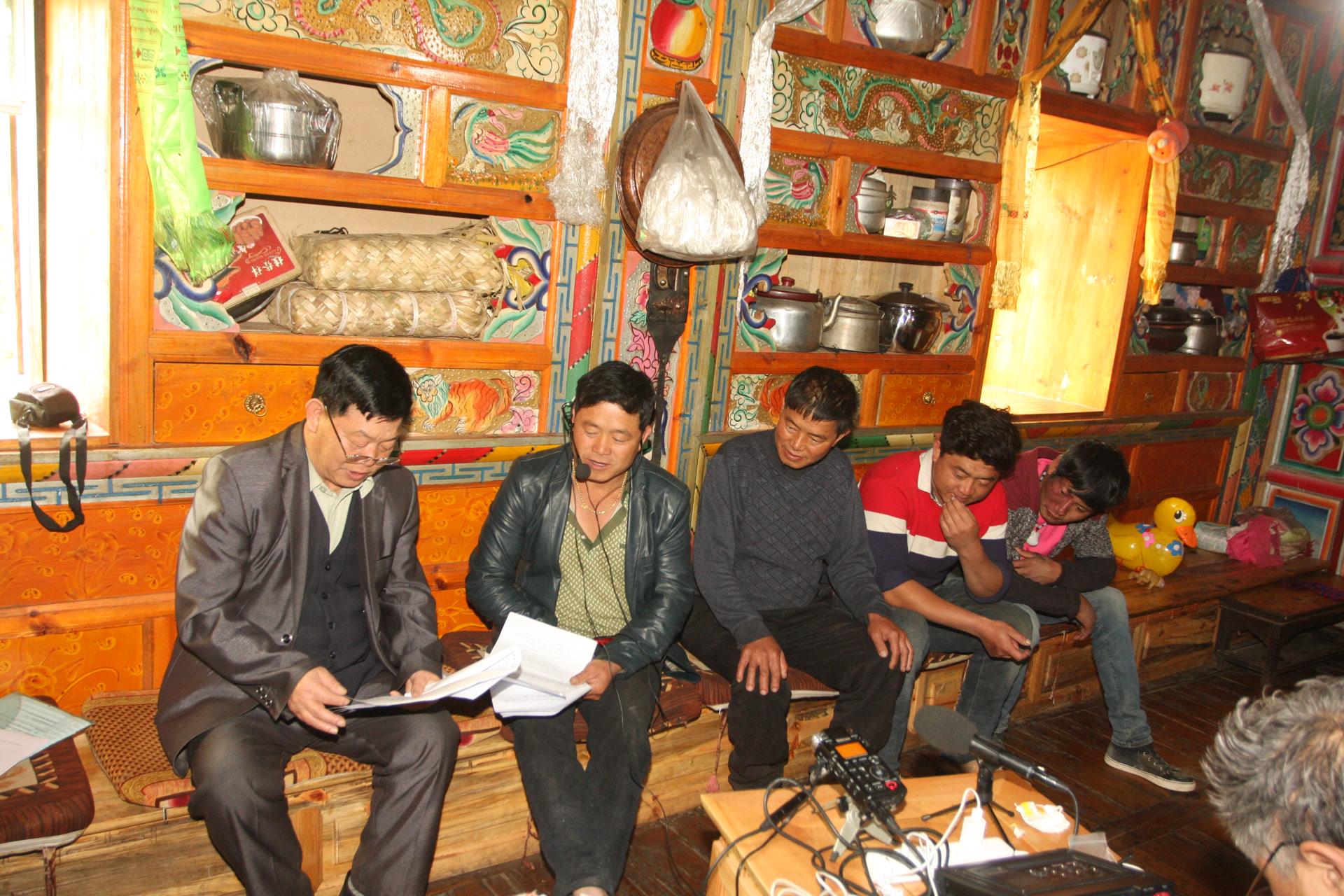 Travail de terrain sur la langue xumi, canton de Shuiluo, comté de Muli, mars 2015 ; photo Wang Dehe (王德和)