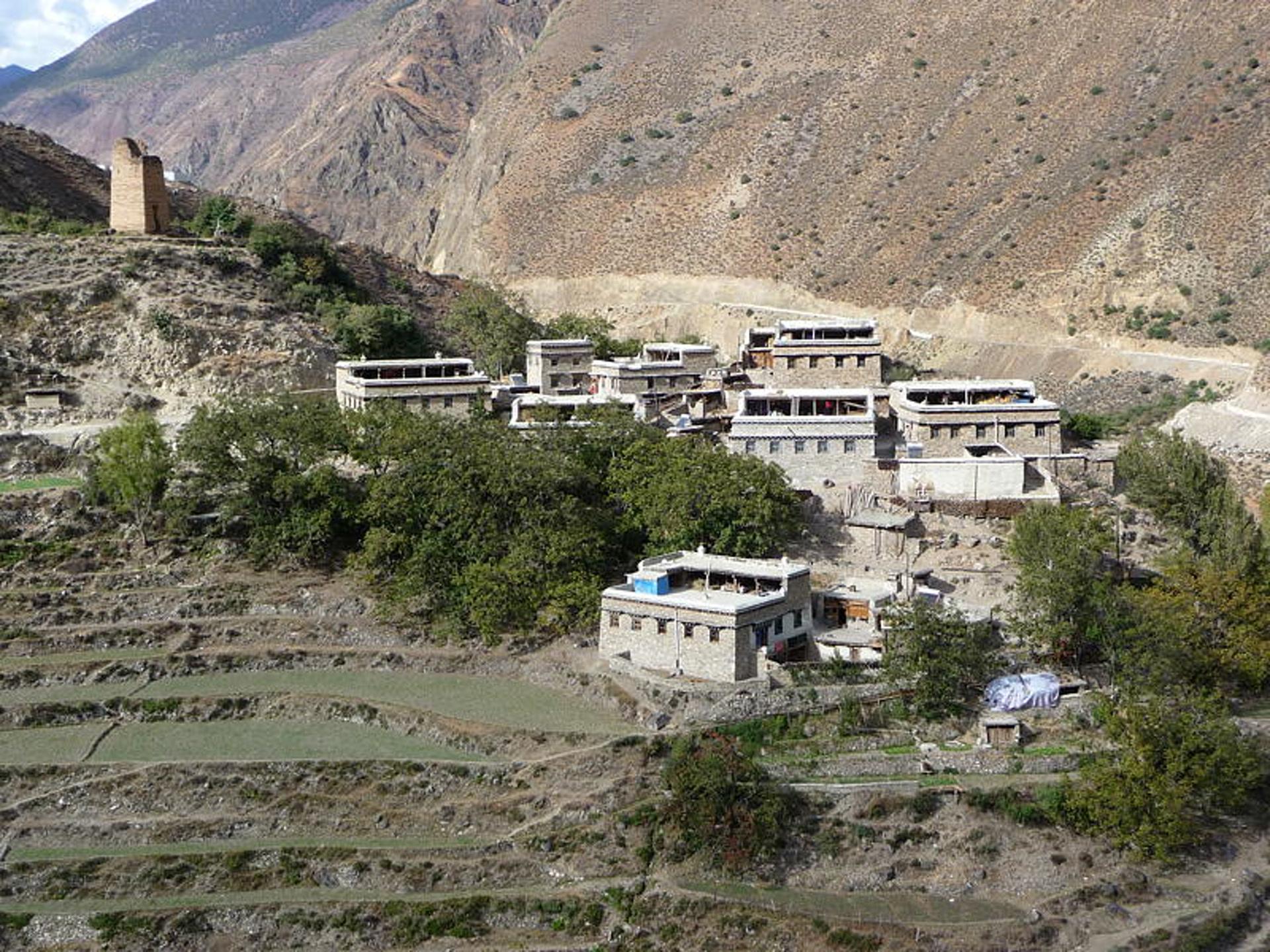 Village de Lanman (兰满村), Canton de Shuiluo (水洛乡), comté autonome de Muli Tibet (木里藏族自治县), province du Sichuan, Chine, octobre 2005. Photo Katia Chirkova
