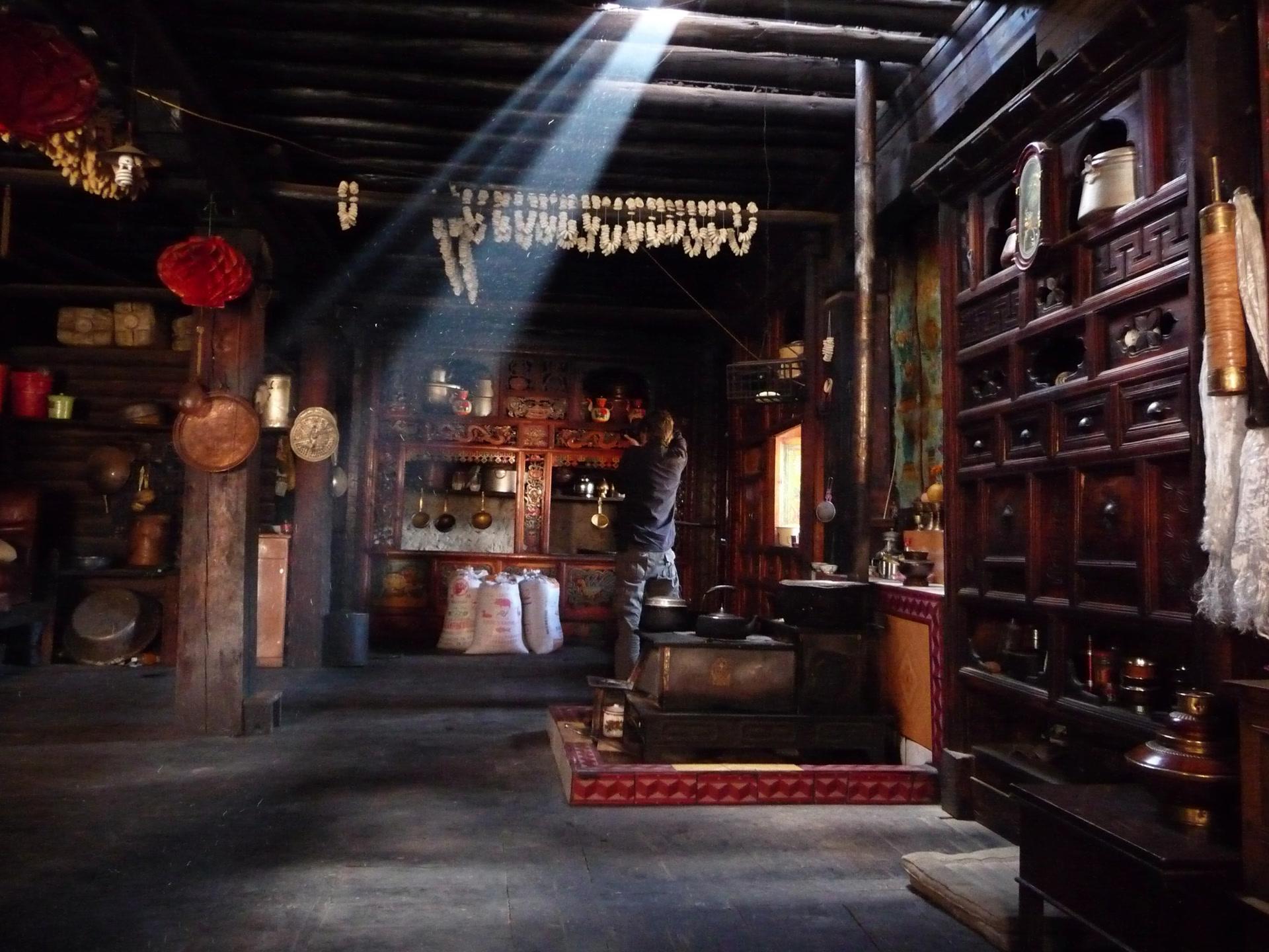 Maison traditionnelle shuhi dans le village de Xiwa (西瓦), canton de Shuiluo (水洛乡), comté autonome de Muli Tibet (木里藏族自治县), province du Sichuan, Chine, octobre 2011. Photo Katia Chirkova